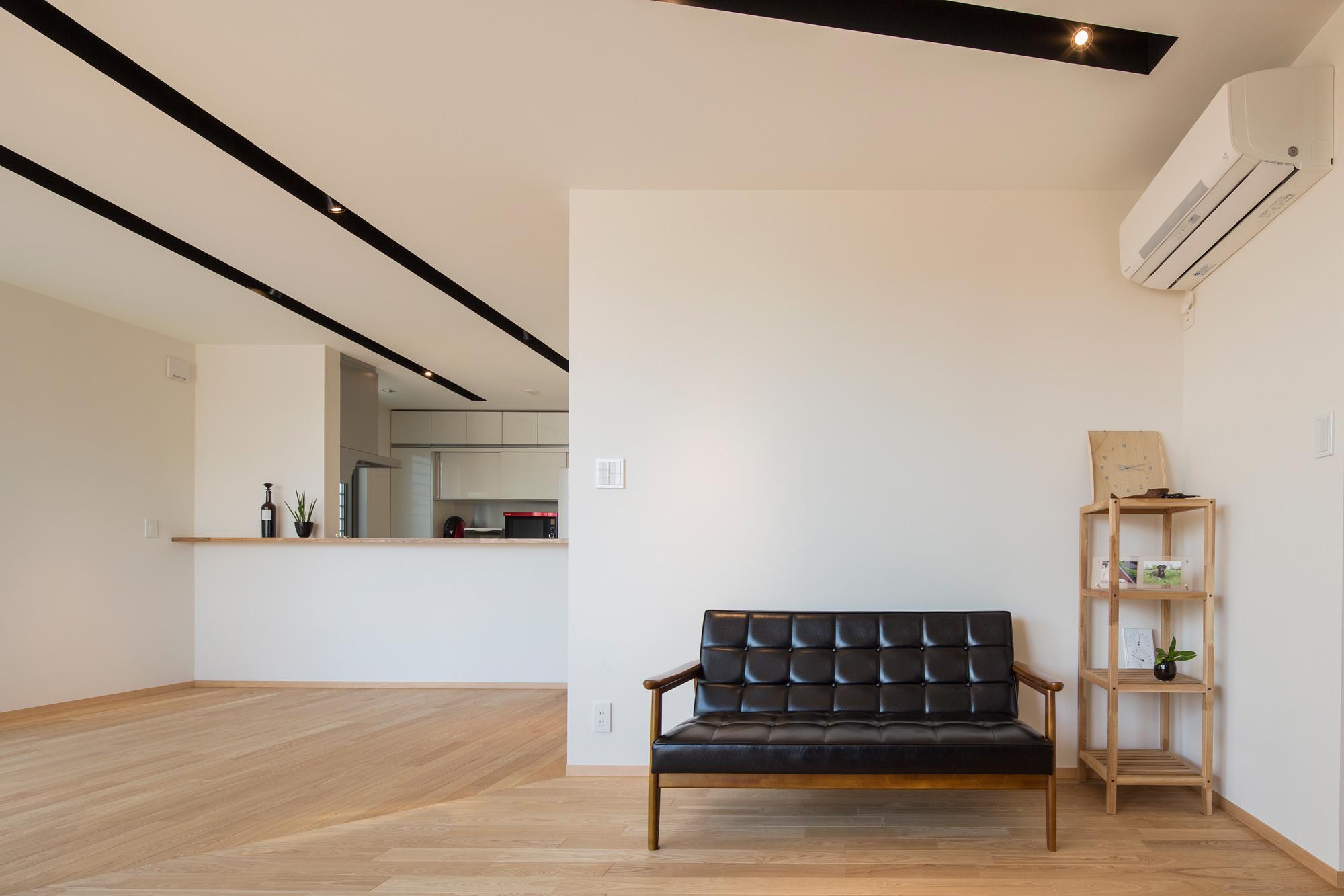 リビングダイニングからキッチンをみる: ご夫婦の趣味のよい家具が調和するインテリアデザインを心がけました