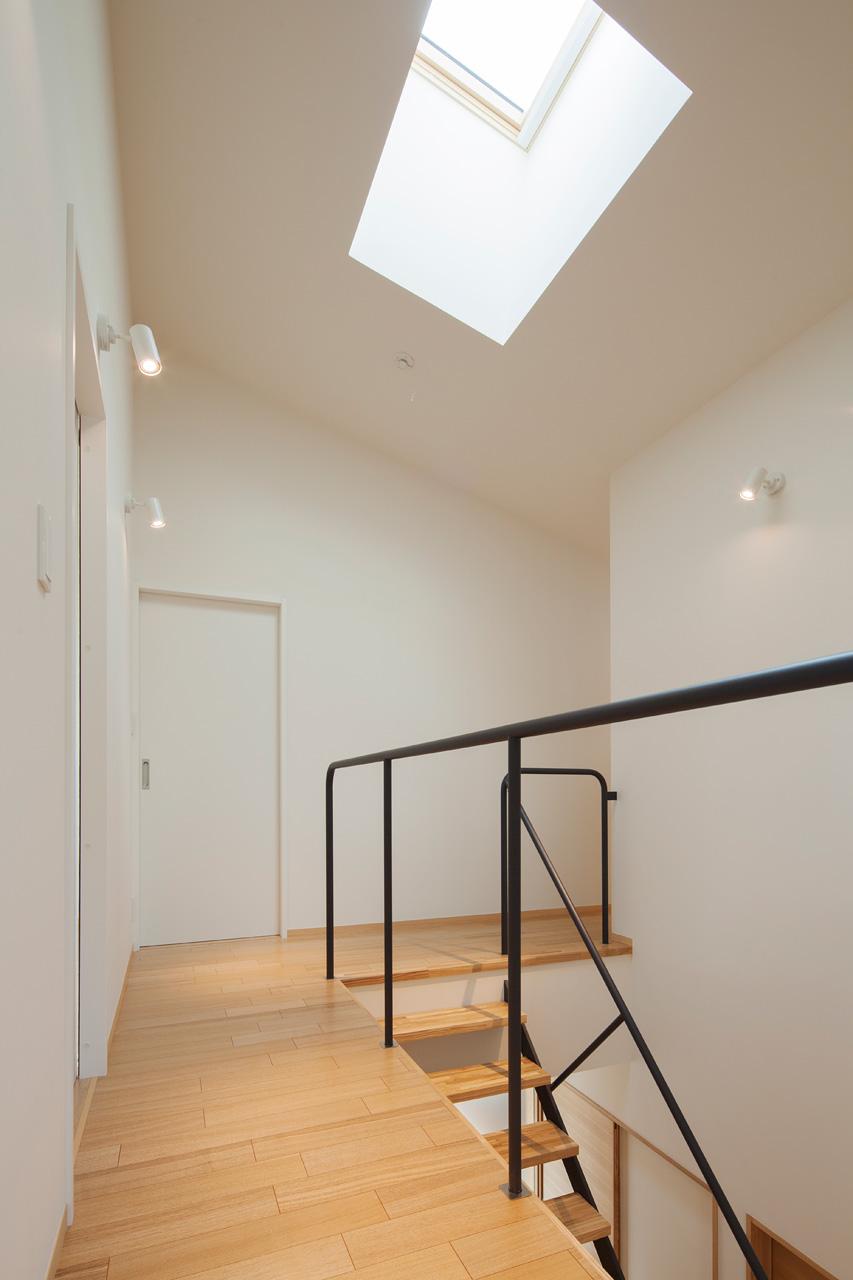 2階のトップライト: トップライトから入ってきた光は、吹抜け、透け感のある階段を通って1階へ