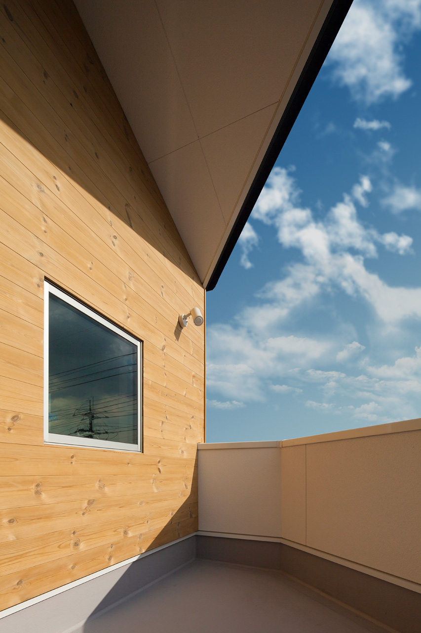 2階テラス: 外壁の一部には耐久性の高いサーモウッドが貼られています