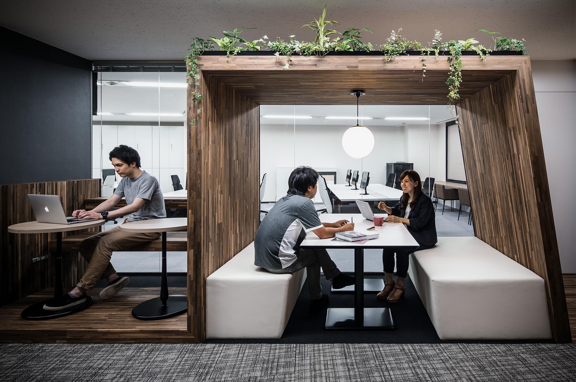 帯家具: 打ち合わせブースとカフェスタイルのベンチ