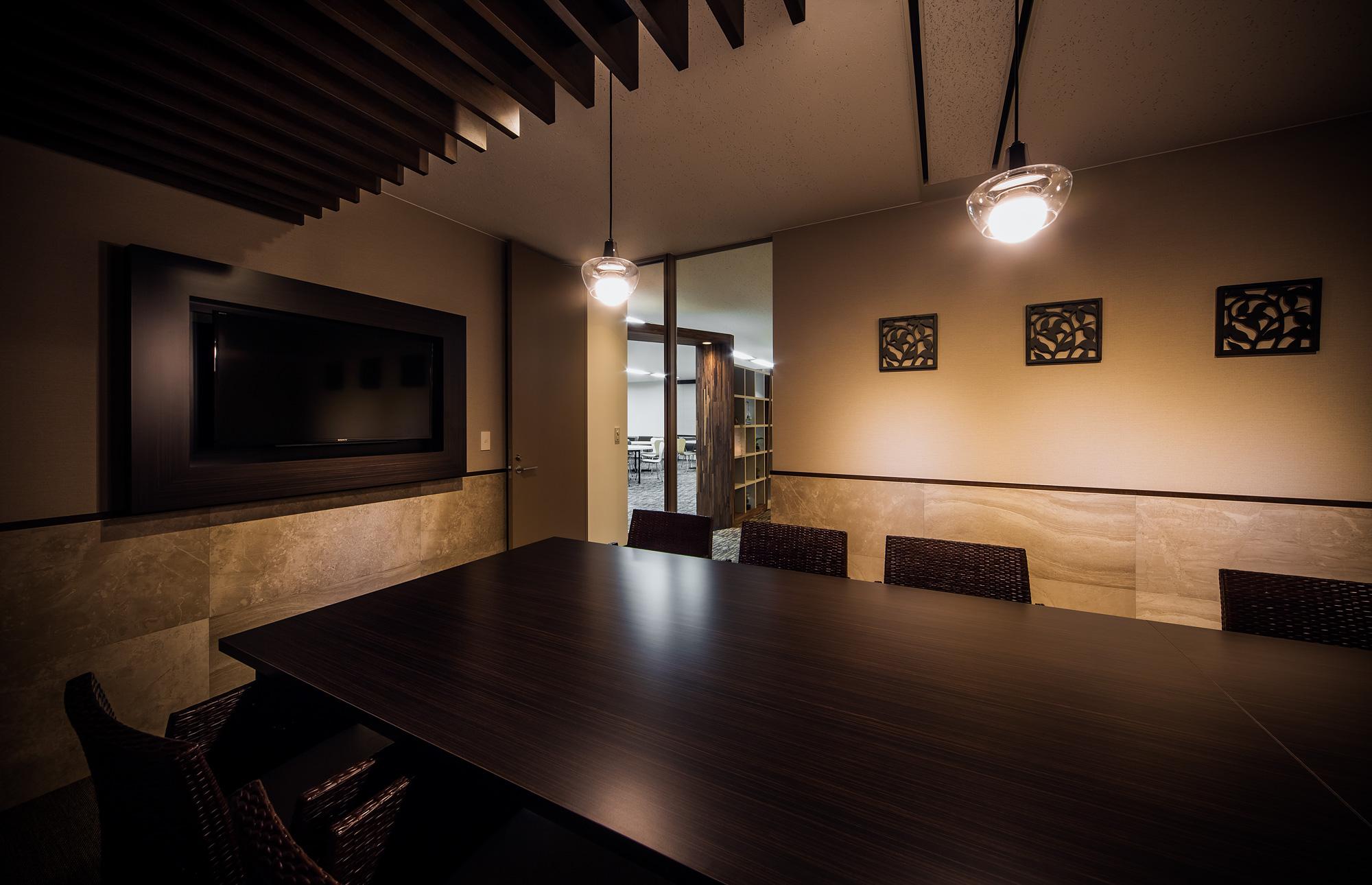 会議室: 高級リゾートをテーマとしたインテリアです。各会議室にテーマを持たせてデザインすることで、シーンに合わせたミーティングができます