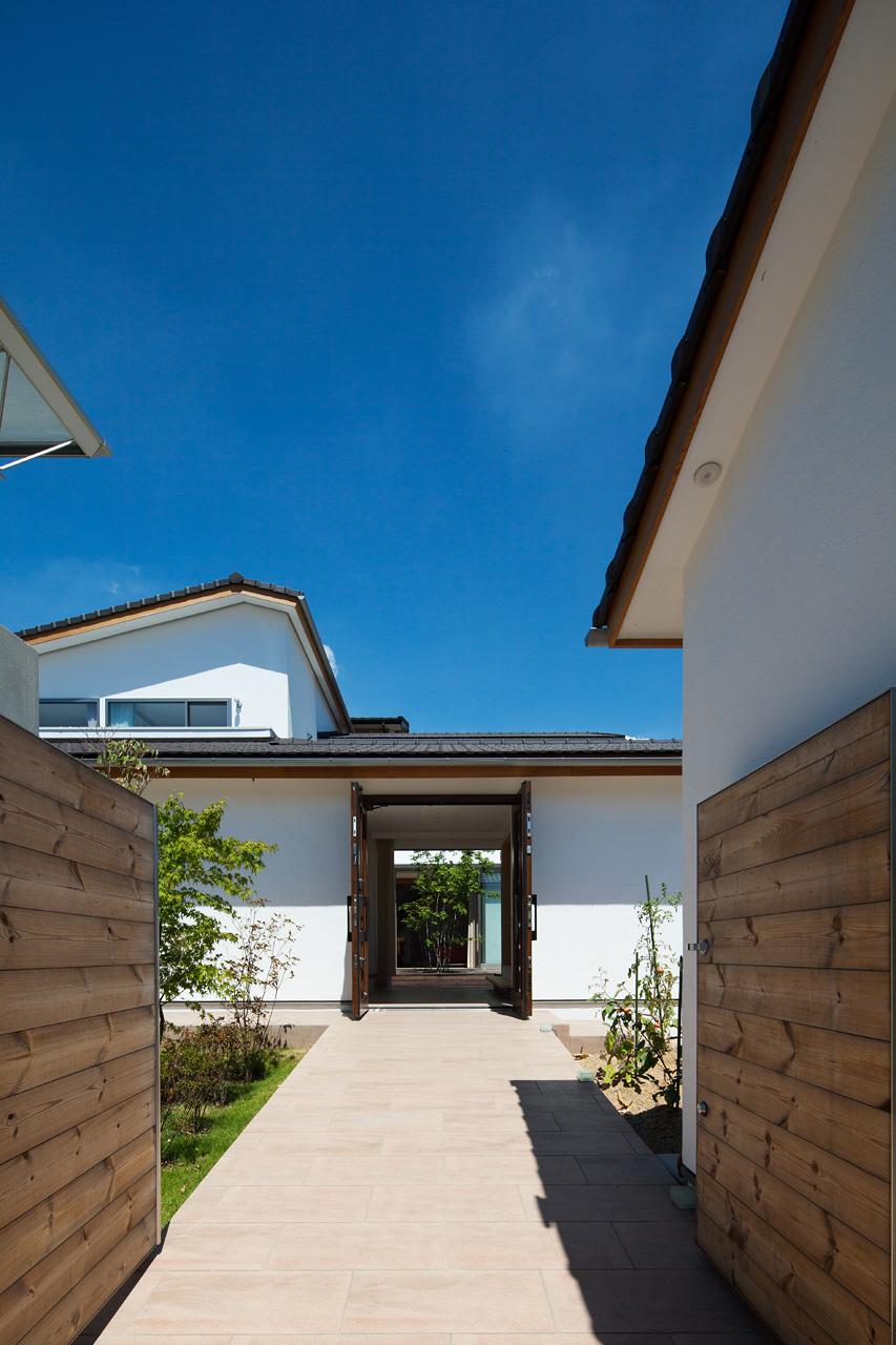 門から玄関、中庭、LDKを見通す 建具を開放することで、街路→門→前庭→玄関→中庭→LDKと直接空間が繋がるようになっています