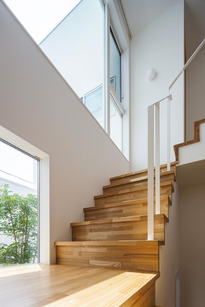 階段:中庭と空をみながら上下する階段