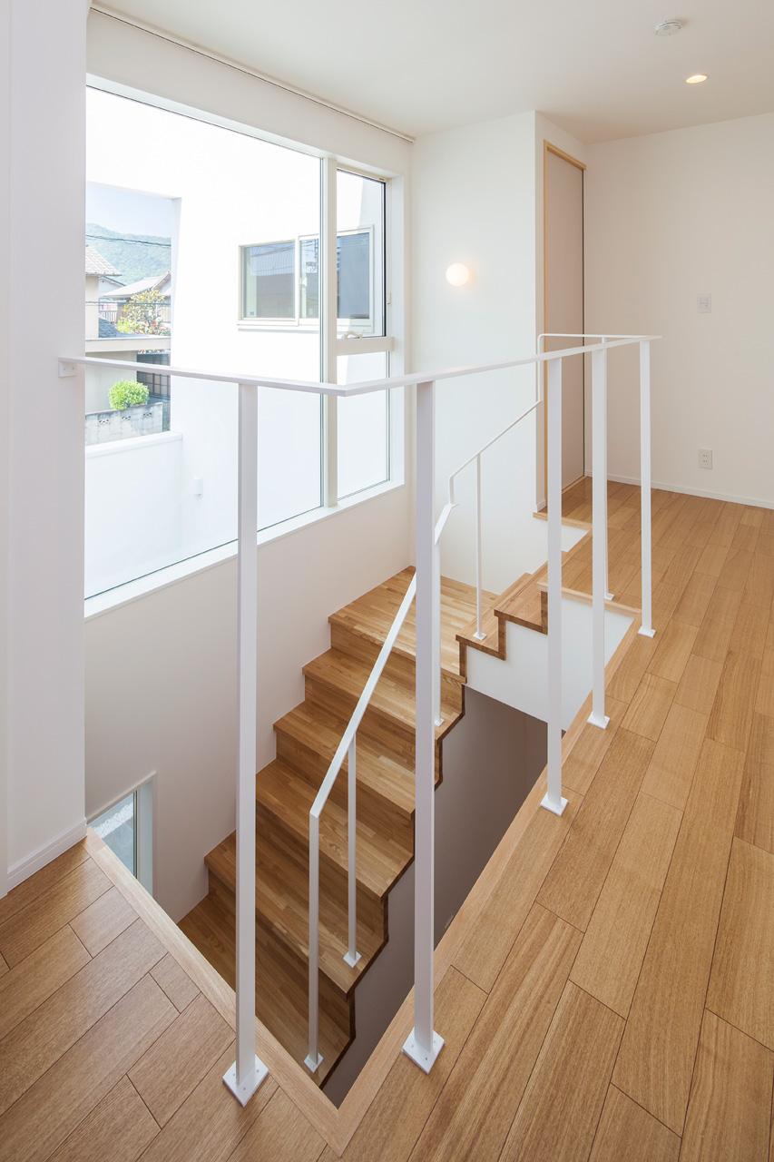階段:大開口からの光を室内にとりこみます