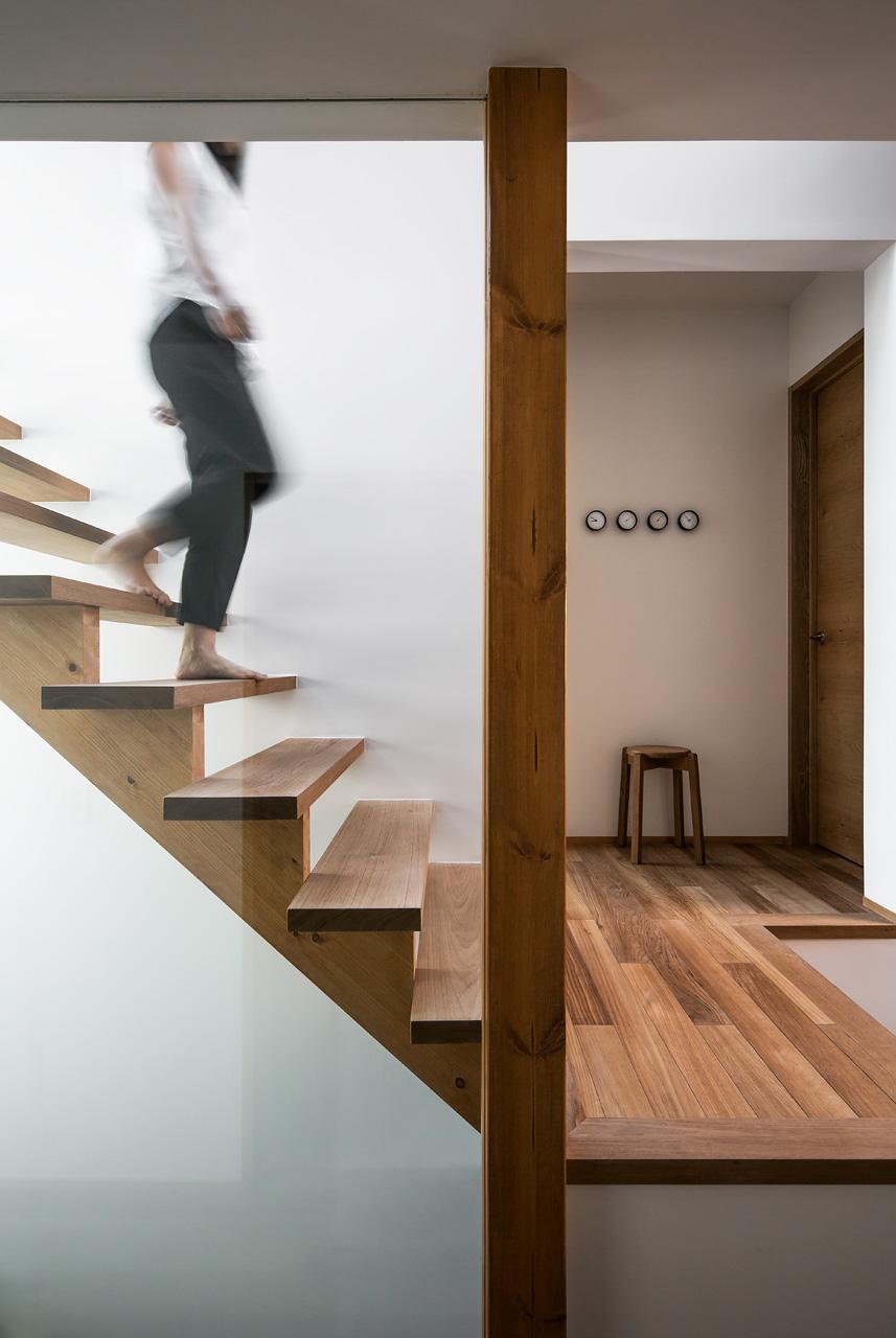 階段:無垢材ながら軽快なデザインの階段が、白い壁に映えます