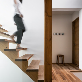 <p class='en'> 										The stairs:  										The stairs made with a light design is emphasized on the white wall, even though it is made of solid wood 									</p>