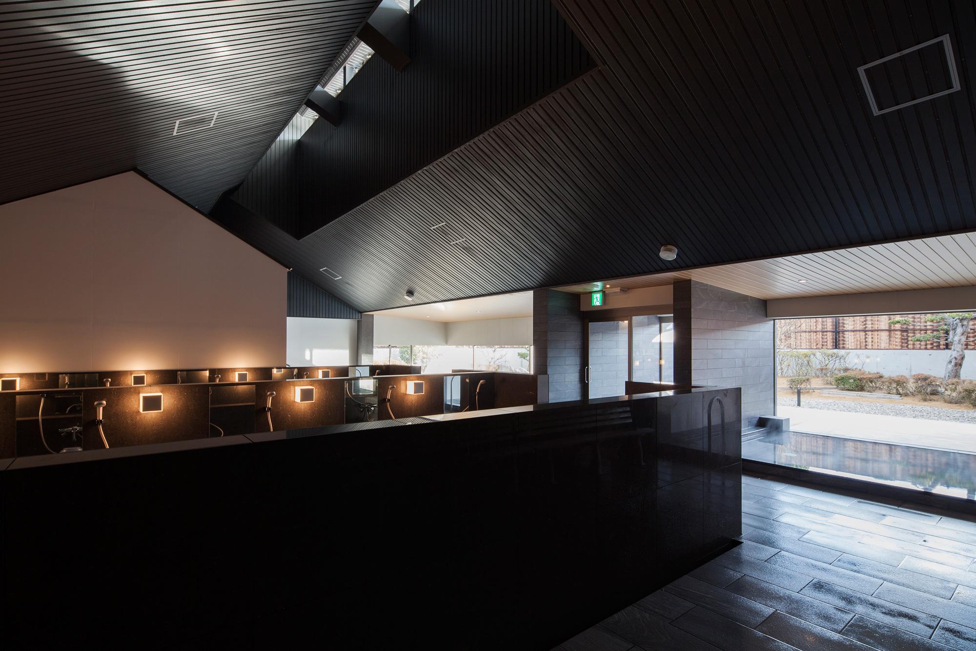 内部空間: 内湯部分と洗い場部分で天井高を変えて空間の質を変化させています