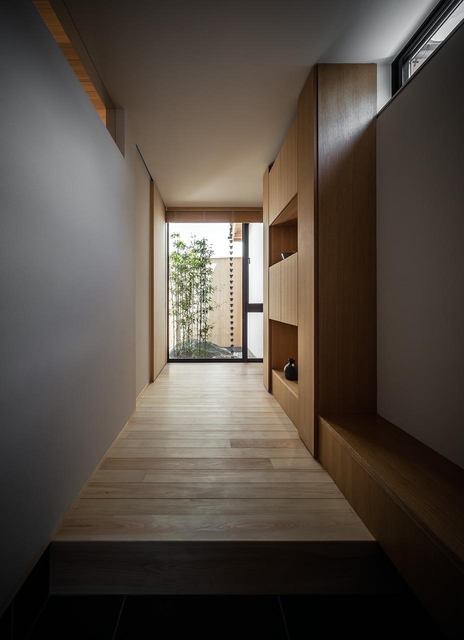 玄関: 突き当たりには[黒竹と苔むす岩の庭]がみえます