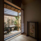 <p class='en'> 										Autumn leaves and lanterns garden: The angle of the vertical lattice is designed so that the garden can be slightly seen without showing the inside of the room from the street outside. 									</p>