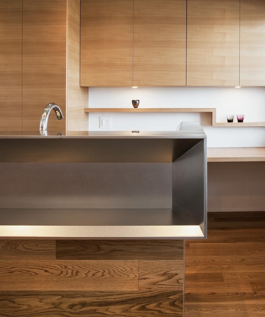 キッチンカウンター: ステンレス製キッチンカウンターも特注品です。ステンレス板の継ぎ目がないつくりで、立体的な造形がひきたちます
