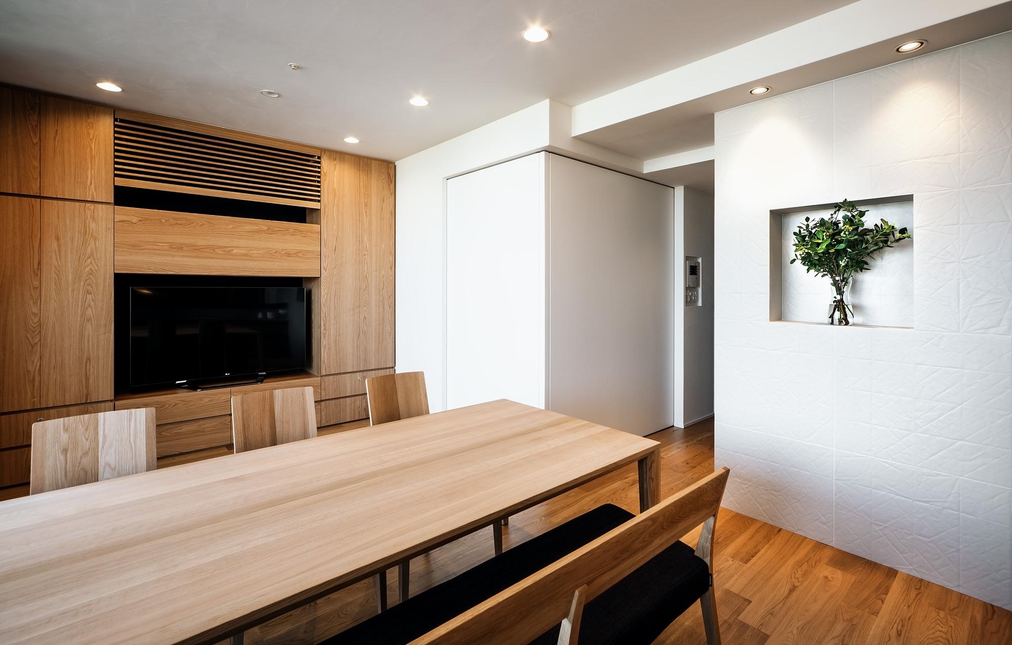 キッチンよりリビング─子供たちの遊び部屋を見る: 子供たちの遊び部屋は、壁のようになる大型の建具を閉じることで将来は寝室に