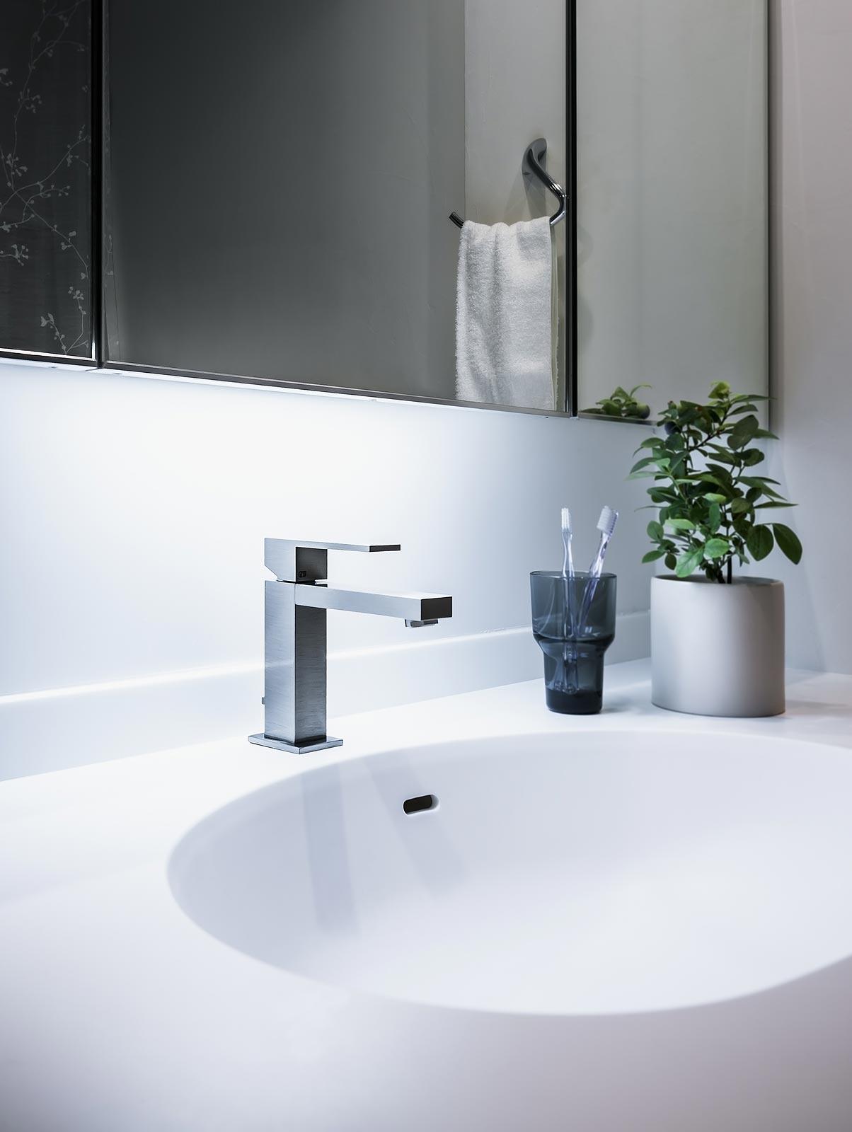 洗面室: カウンターと水栓を交換して洗面台の印象を変えました。既存のキャビネットを利用することでコストを抑えています