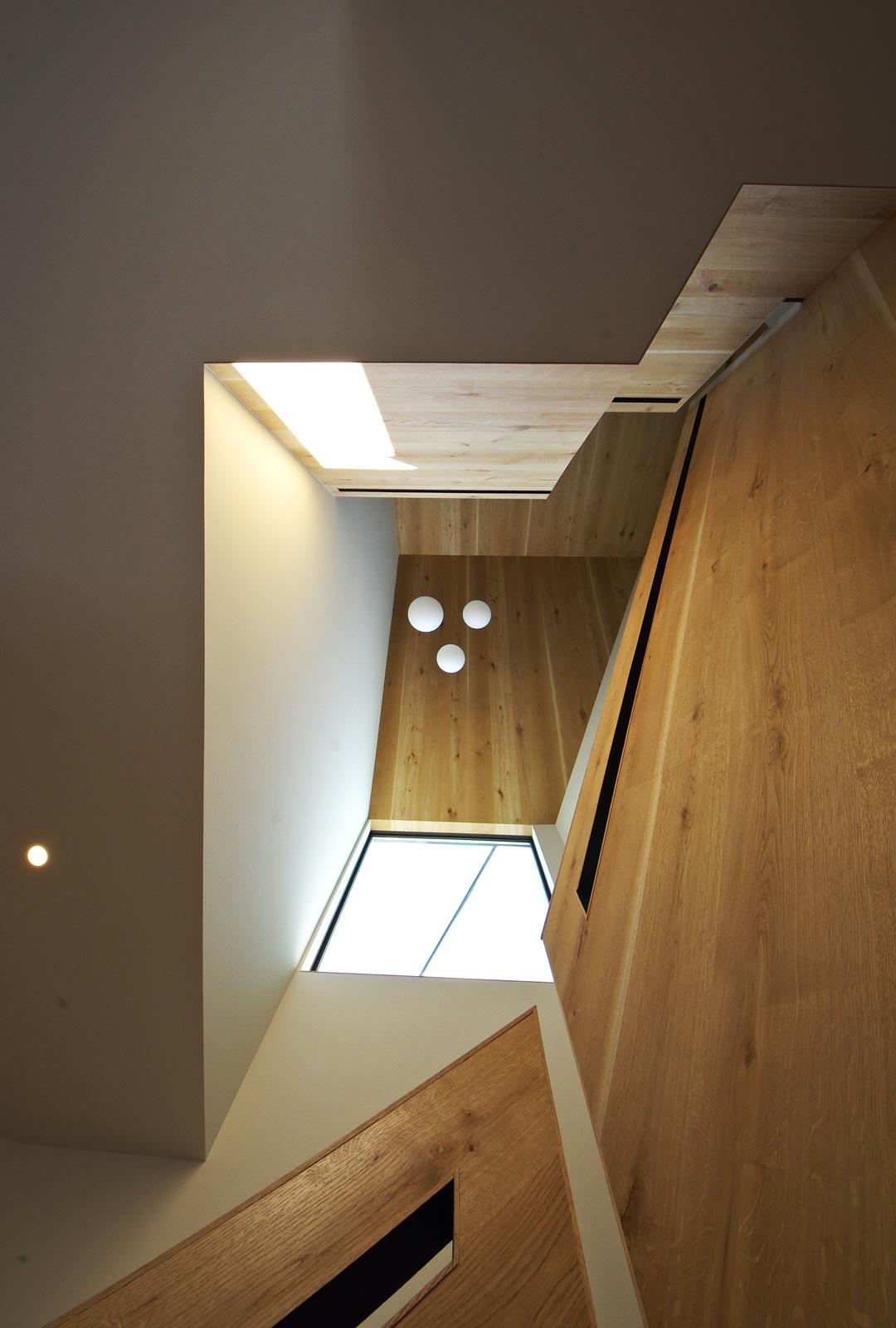 <p> 階段室を見上げる </p>