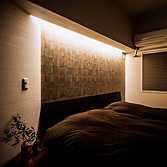 <p class='en'> 										The bedroom: The indirect lighting along the wall was put to emphasize the different materials used. It can control the brightness and can also be used as a night-light 									</p>