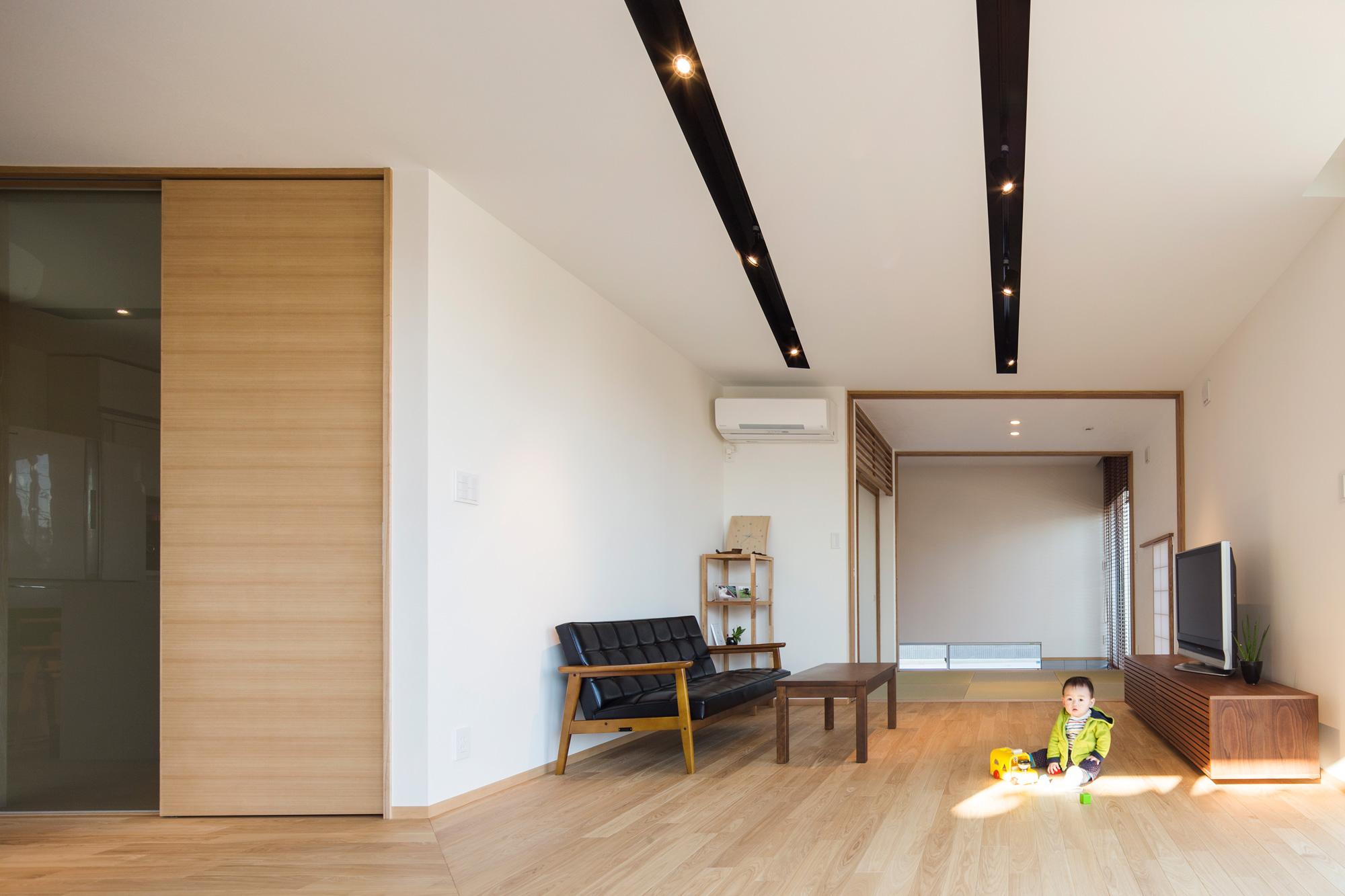 リビングダイニングから和室を見通す: 和室のさらに奥には土間があり、「回遊」できる空間となっています