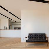 <p> リビングダイニングからキッチンをみる: ご夫婦の趣味のよい家具が調和するインテリアデザインを心がけました </p>