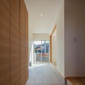 <p> 玄関から通り土間を見る: 「上足」と「下足」の間の空間。さまざまな使い方が可能です。右手奥には和室が見えます </p>