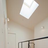 <p> 2階のトップライト: トップライトから入ってきた光は、吹抜け、透け感のある階段を通って1階へ </p>
