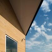 <p> 2階テラス: 外壁の一部には耐久性の高いサーモウッドが貼られています </p>