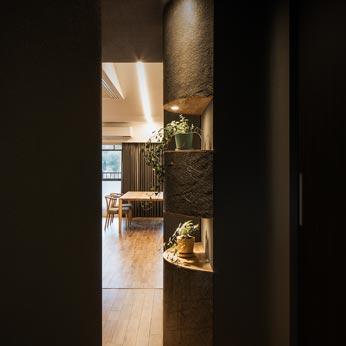 <p> 玄関からLDKをのぞむ:半円筒型の飾り棚 </p>