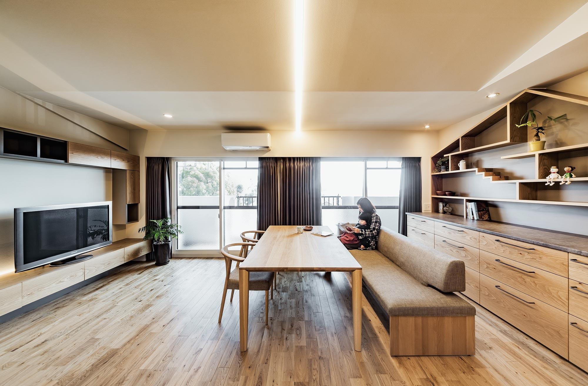 LDK:壁際にキッチンを配することにより、広い空間に