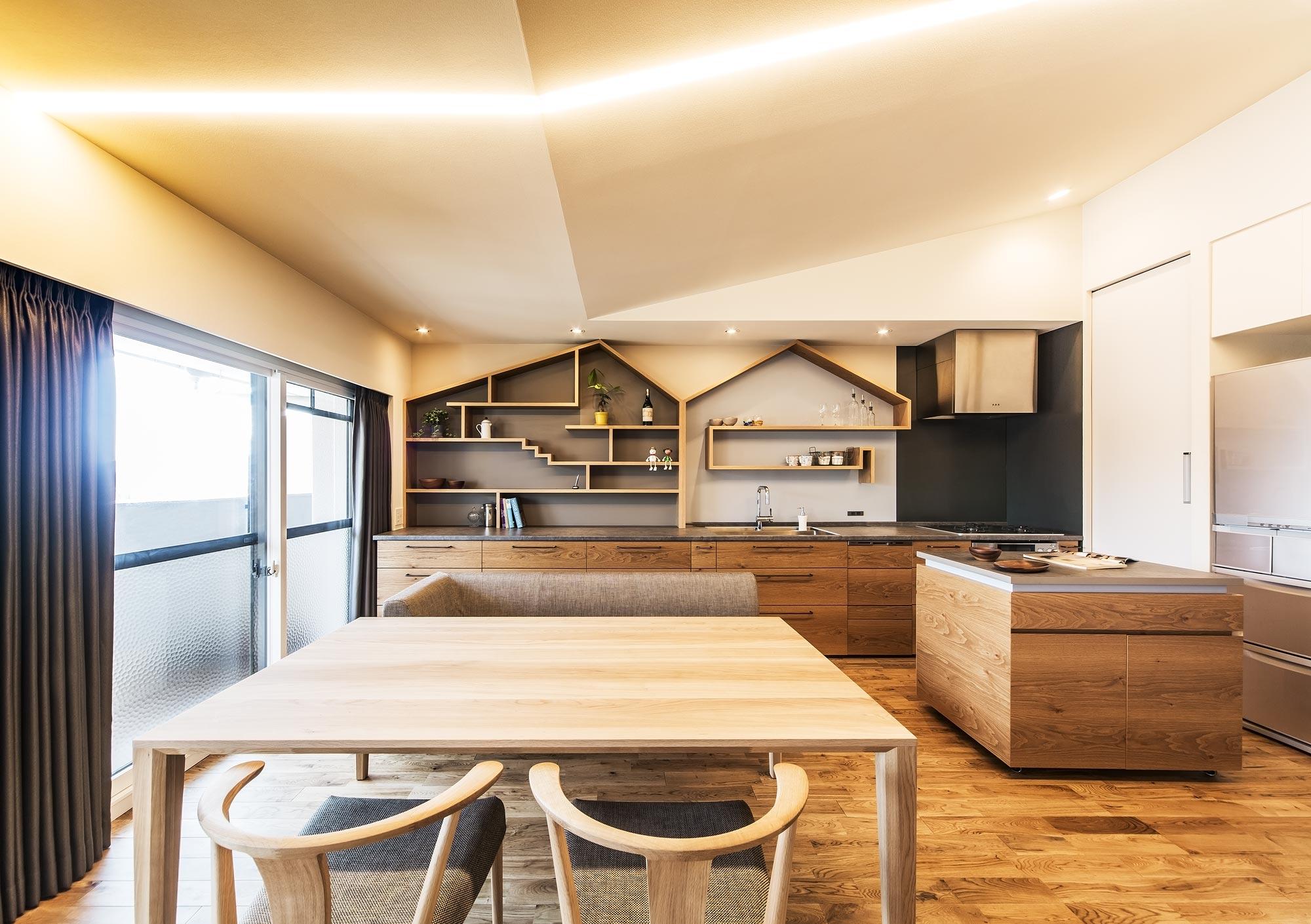 キッチン:共通デザインの移動式ワゴンが空間の使い勝手を拡げます。天井高をあげることができたぶんだけ、右手にみえる収納も高くつくることができ、収納量がふえました