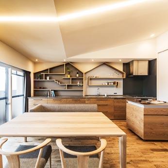 <p> キッチン:共通デザインの移動式ワゴンが空間の使い勝手を拡げます。天井高をあげることができたぶんだけ、右手にみえる収納も高くつくることができ、収納量がふえました </p>