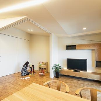 <p> LDKからゲストルームをのぞむ:壁に建具を収納すると、より広い一室空間として使うこともできます。お子さまが成長された後には、主寝室になる予定です </p>