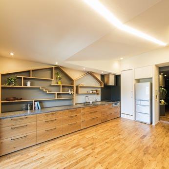 <p> 全長5メートルのキッチン。床はあたたかみのあるオークの無垢材にこだわりました </p>