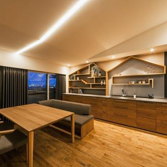 <p> 夕景:キッチンのすこしかわいらしい飾り棚のデザインは、窓のそとにみえる明石海峡大橋へとつながっていくイメージ。空のひろがりをいつも感じられる空間に </p>