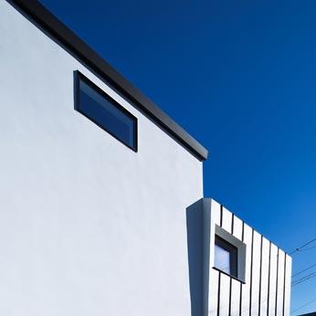 <p> 外観:プライバシーを確保するため、1階の居室の開口部は、塀より下の高さにある地窓としています </p>
