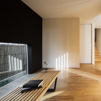 <p> 1階プレイルーム:格子を介して玄関と繋がっているため、玄関ホールが広々と感じることができます。将来的には間仕切りをつくり、個室として利用する予定です </p>