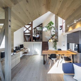 <p> 2階:24帖の1室空間を、屋根のかたちや素材、床の高さなどでゆるやかに領域を区切っています </p>