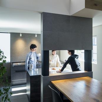 <p> キッチン:約7帖の広々としたキッチンには、大きな作業台が。みんなで楽しく料理できる空間です </p>