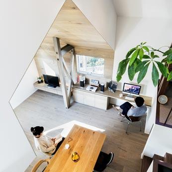 <p> 3階から2階を見る:いろいろな「場所」で家族がそれぞれすごすことのできる空間です </p>