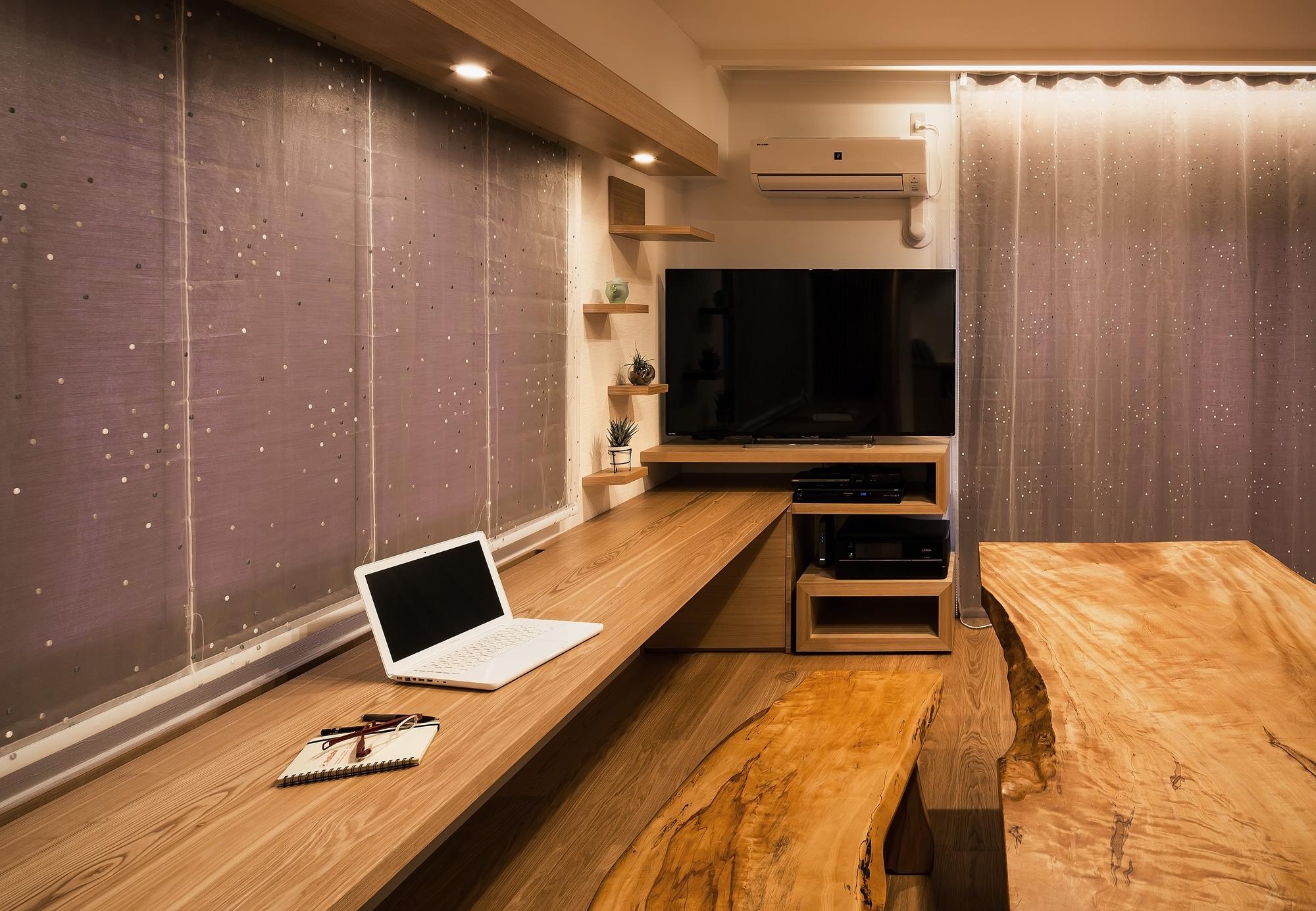 カウンターデスク: カウンターデスクは無垢のタモ材。テレビ台家具とともにデザインしました
