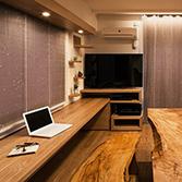 <p> カウンターデスク: カウンターデスクは無垢のタモ材。テレビ台家具とともにデザインしました </p>