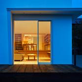 <p> 外からLDKを見通す: 照明はすべてLEDですが、暖かみのある空間となるよう計画しました。リビングのダウンライトも光源のまぶしさを感じさせず、床面のみを明るくするグレアレスのものを選んでいます </p>