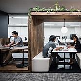 <p> 帯家具: 打ち合わせブースとカフェスタイルのベンチ </p>