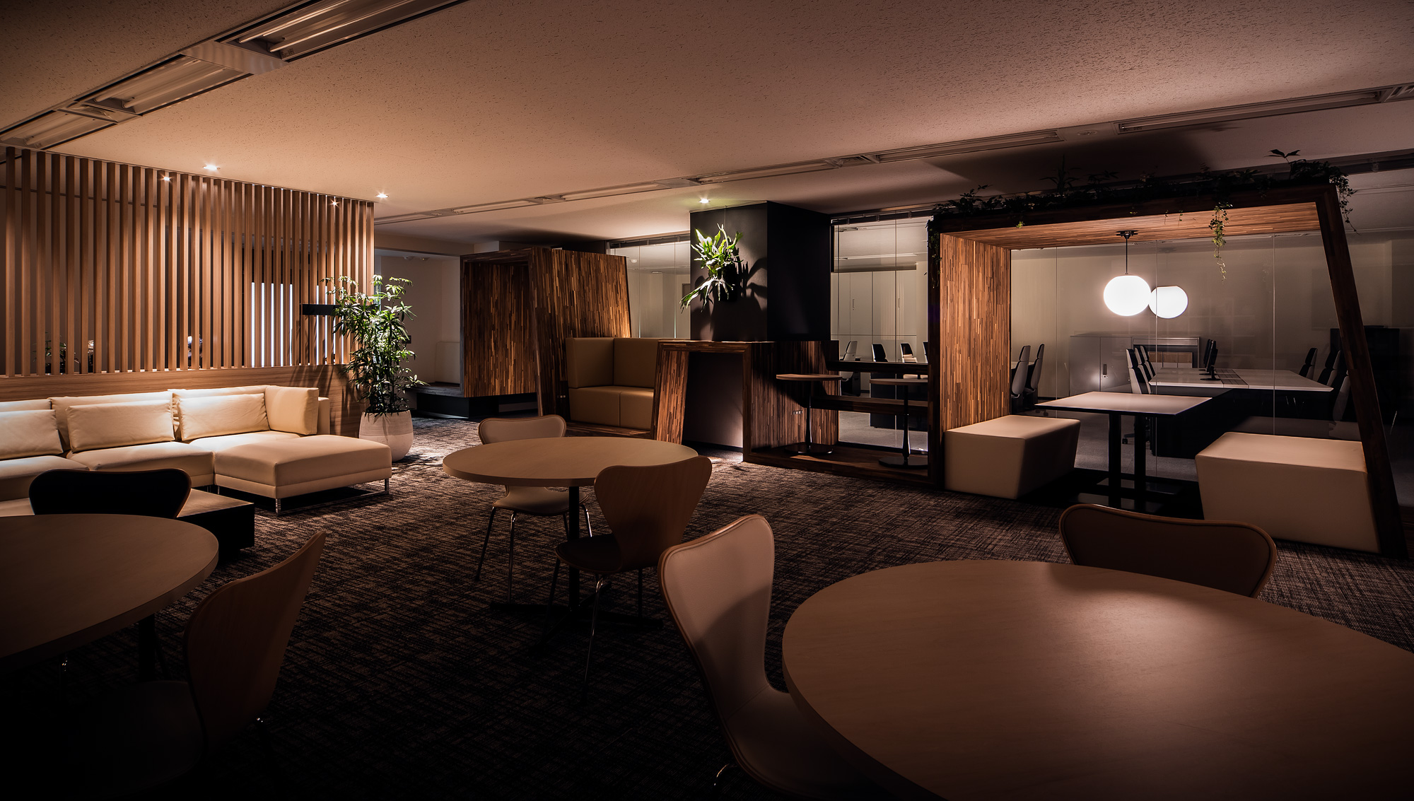 ラウンジ: 夜のラウンジは照明を落としてお酒を片手に交流できるスペースとなります