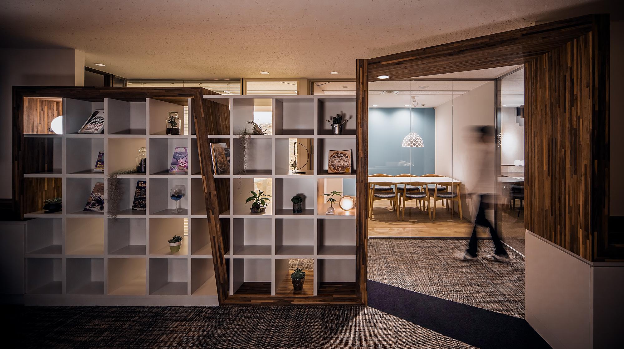 帯家具ごしに会議室をみる: 会議室もガラス張りとなっています