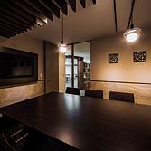 <p> 会議室: 高級リゾートをテーマとしたインテリアです。各会議室にテーマを持たせてデザインすることで、シーンに合わせたミーティングができます </p>