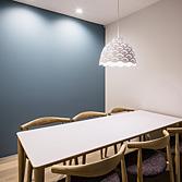<p> 会議室: 北欧デザインをテーマとしたインテリアです </p>