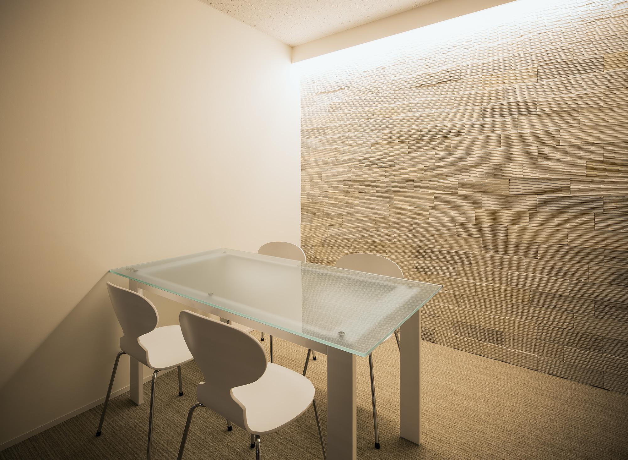会議室: ホワイトモダンをテーマとしたインテリアです