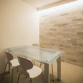 <p> 会議室: ホワイトモダンをテーマとしたインテリアです </p>