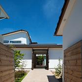 <p> 門から玄関、中庭、LDKを見通す 建具を開放することで、街路→門→前庭→玄関→中庭→LDKと直接空間が繋がるようになっています </p>