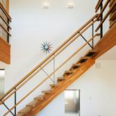 <p> 吹抜けと階段: デザインされた階段と手摺が、リビングのインテリアとしての役割も果たしています </p>