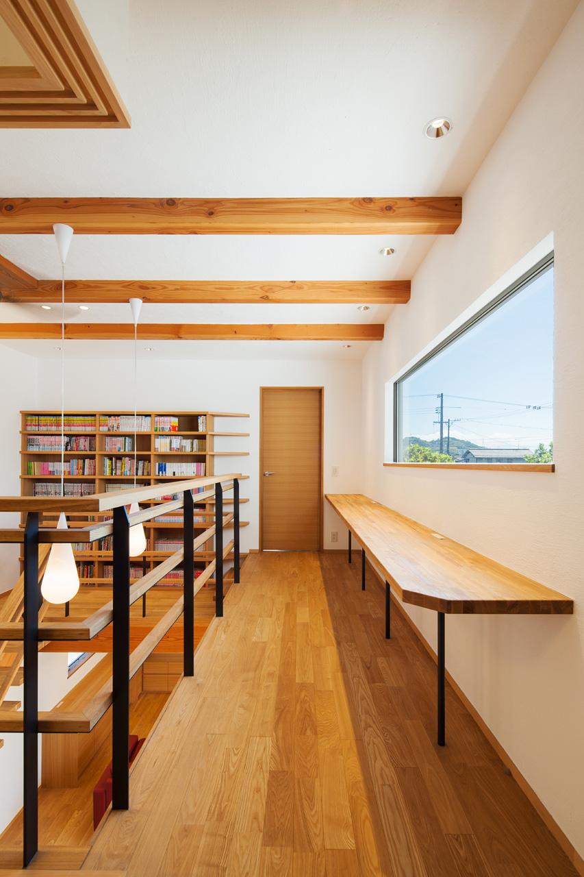 吹抜けに面した勉強机: 子供たちが、リビングで過ごす家族の存在を感じつつ勉強ができる場所です。正面の窓は眺めが良く、 おいしいコーヒーを飲みたくなります