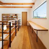 <p> 吹抜けに面した勉強机: 子供たちが、リビングで過ごす家族の存在を感じつつ勉強ができる場所です。正面の窓は眺めが良く、 おいしいコーヒーを飲みたくなります </p>