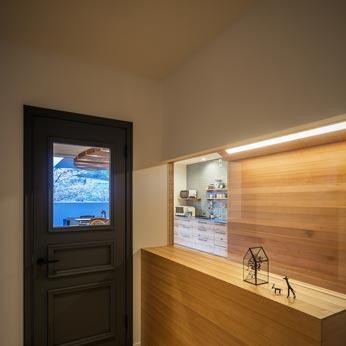 <p> 玄関ホール: 玄関はプレイコーナーやLDKとガラス越しにつながっており、さらにその先のアウトドアリビング、桜並木まで一直線に見通すことができます </p>
